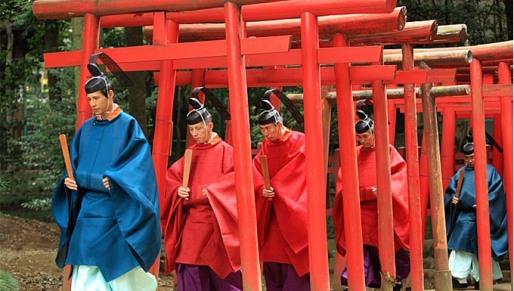 sacerdotes shinto torii